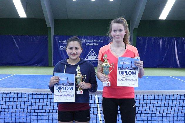 Přebornice Eliška Šejnohová (vpravo) a stříbrná Barbora Dvořáková na turnaji dominovaly i ve společně hrané čtyřhře.