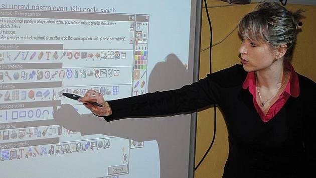 Učitelé ze škol, které získaly z kraje interaktivní tabule, mají za sebou první školící kolo. Na snímku školí Jana Míková na Základní škole Kaplická Český Krumlov.