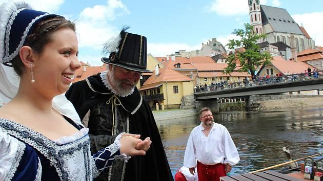 Vilém z Rožmberka s Petrem Vokem a jejich sestrou Evou z Rožmberka poplují na Vltavě v benátské gondole.