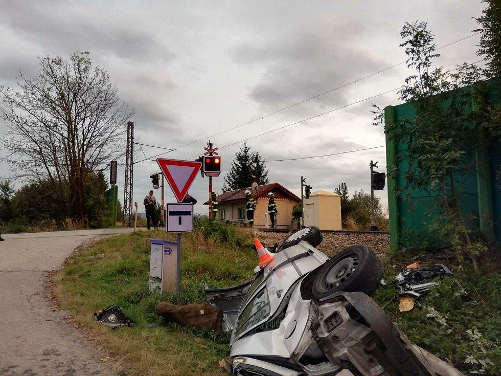 Střet auta s vlakem u Holkova na Velešínsku.
