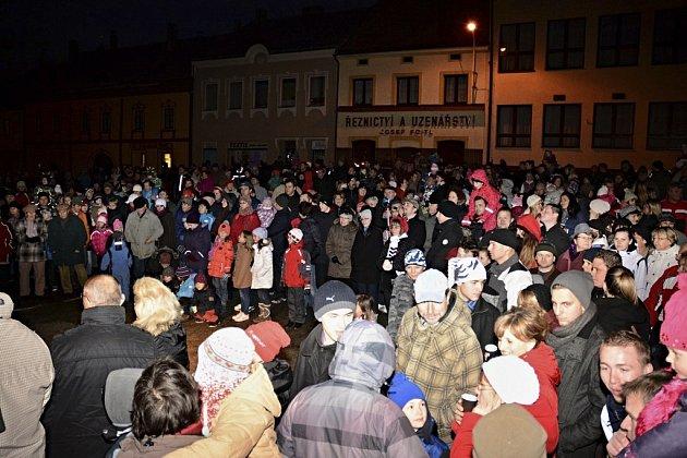 Rozsvěcení vánočního stromu ve Velešíně a charitativní trh.