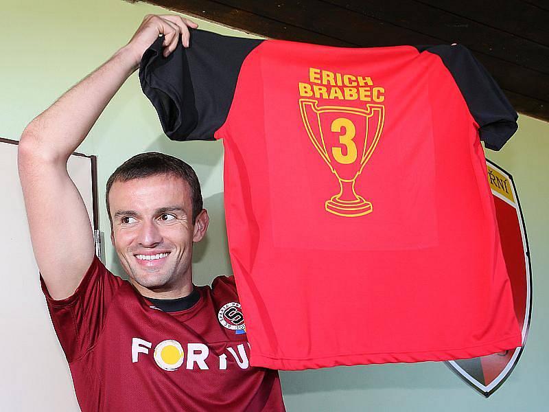 Větřínský rodák Erich Brabec obdržel pamětní dres místního klubu.