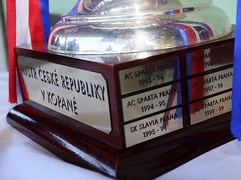 Stoper AC Sparty Praha Erich Brabec přivezl do Větřní ukázat pohár pro mistra fotbalové Gambrinus ligy.