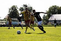 Fotbalisté Dolního Dvořiště (v černých dresech) vybojovali ve 4. kole I.B třídy sk. A na půdě Kamenného Újezd bod za bezbrankovou remízu.