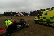 Záchranáři pomáhali zraněnému mladému snowboardistovi na Kramolíně.