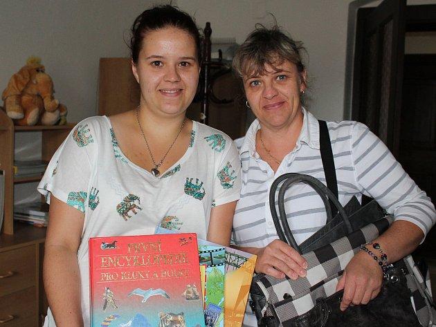 Tři tašky, osm knížek a třináct kousků bižuterie přinesly do redakce a darovaly do charitativní sbírky dvě Jany, matka s dcerou, Švábovy z Kájova. Moc děkujeme!