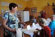 První voliči k volbám v 7. okrsku dorazili s úderem 14. hodiny.