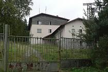 Bývalým sídlem pohraničníků, kteří pravidelně obcházeli hradbu z bytelných ostnatých drátů, se dnes prohání meluzína.