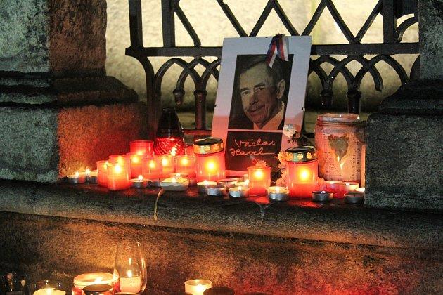 Krumlováci přišli zavzpomínat na 17.listopad a zapálit svíčku kportrétu Václava Havla.