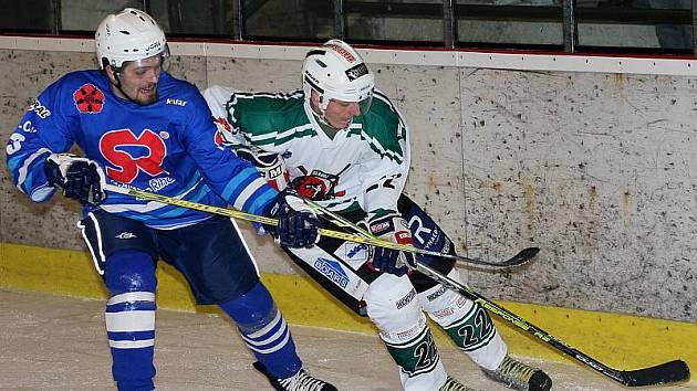 Na snímku z minulého utkání se Soběslaví vpravo krumlovský Tomáš Heideker v klinči s hostujícím Košnarem.
