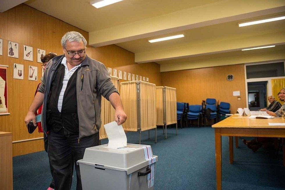 Menší volební účast zaznamenala volební komise velešínského okrsku.