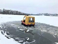 Led na Lipně není příliš kvalitní, na volnou plochu raději ještě nevstupovat, radí hasiči i záchranáři. S hasiči se probořila šestikolka, ta ale plave, takže se vyprostili sami.