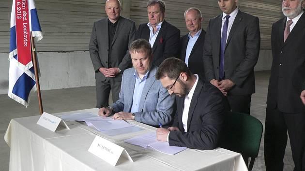 Slavnostní podepsání kupní smlouvy na areál loučovických papíren Vltavský mlýn.