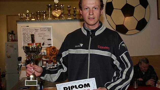 Největší pohár pro celkového vítěze klání mužů převzal hrající trenér českokrumlovského béčka Jan Petřík.