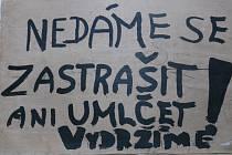 Lidé vylepovali protestní plakáty proti vstupu okupačních vojsk všude možně.