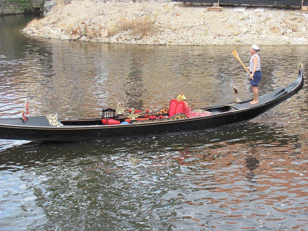 Benátskou gondolu i s jejím gondoliérem Petrem Žabou na Vltavu v Krumlově spustil jeřáb z Benešova mostu.