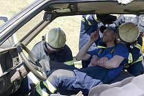 Figuranta představujícího zraněného pasažéra havarovaného vozu vyprostili loučovičtí dobrovolní hasiči při sobotním cvičení z automobilu během chvilky.