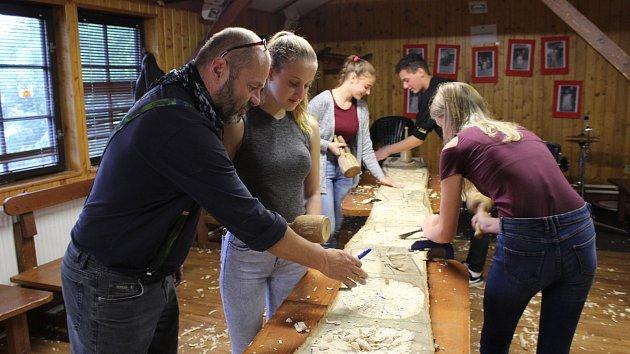 Osmáci z Větřní si pod vedením sochaře Petra Fidricha vyzkoušeli řezbařinu