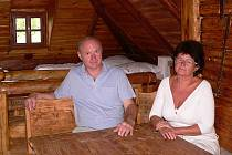 Milan a Hana Lacinovi v apartmánu vytvořeném z půdy.