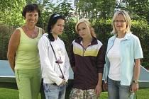 """""""Škoda, že takové talenty potkáte jen jednou za čas,"""" říkají učitelky Radomila Máčová (vlevo) a Zuzana Danielisová (vpravo) vycházejícím sestrám Anně a Marii Wiltschkovým (uprostřed zleva)."""