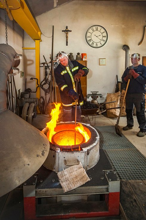 Výroba zvonu sv. Františka pro zámeckou věž v Českém Krumlově ve zvonařství Michala Votruby.