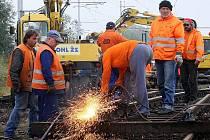 Odklízení následků tragické srážky nákladního vlaku s osobním automobilem v Omlenici.