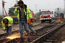Technici pracují na odstanění zdeformovaných kolejí.