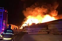 Foto z nočního zásahu u požáru pili v Mirkovicích na Českokrumlovsku.