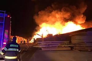 Foto z nočního zásahu u požáru pily v Mirkovicích na Českokrumlovsku.