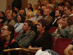 Předvolební klání v krumlovském divadle organizované RTA spolu s Deníkem sledovali z řad publika jak občané, kteří se o politiku zajímají okrajově, tak i političtí profesionálové.