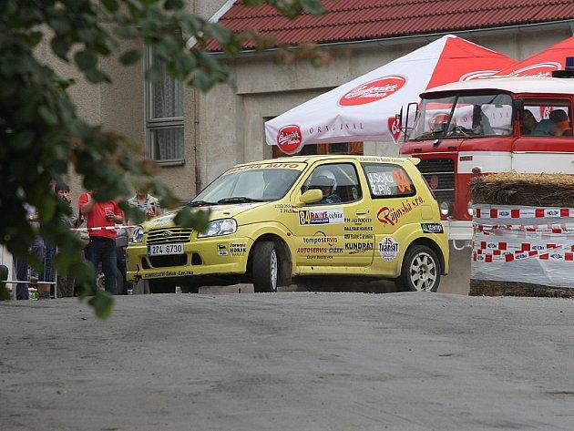 Právě v tomto okamžiku je Jiřímu Sojkovi i Zbyňku Pilsovi (na snímku) jasné, že pro ně pelhřimovský rallyesprint předčasně skončil. Po několika dalších metrech pak posádka odstavuje nepojízdný vůz mimo trať s prasklým kloubem poloosy.