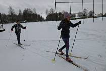 Po zasněženém malontském hřišti se proháněli žáci na běžkách a vyzkoušeli si i střelbu ze vzduchovky.