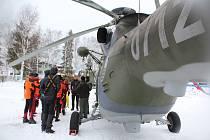 Výcvik záchrany lidí probořených v ledu pomocí vrtulníku na Dolní Vltavici.