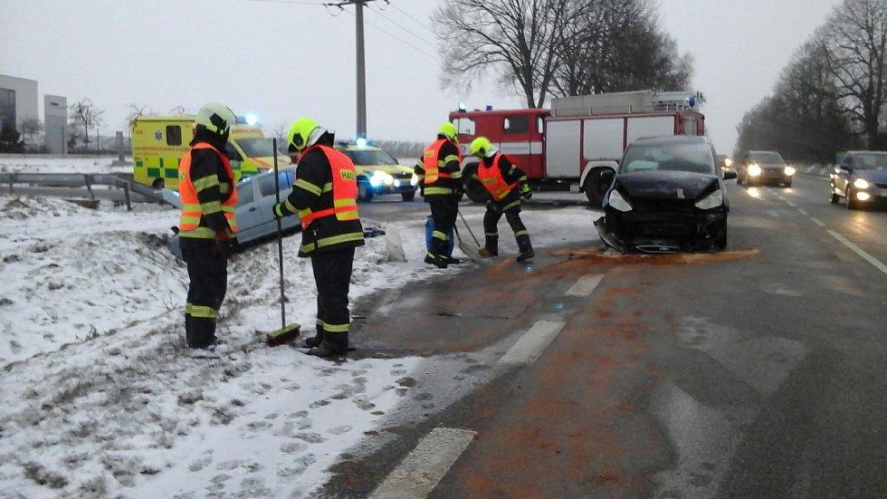 Při čtvrteční nehodě ve Velešíně se zranili tři lidé. Foto: Petr Skřivánek