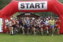 Na start loňského třiadvacátého ročníku Běhu na Kleť v prostorách domoradické střelnice (na snímku) se v hlavním závodě postavilo devět desítek atletů a první v cíli byl Aleš Stránský z České Třebové v čase 51 minut a 13 vteřin.