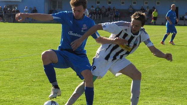 Frymburský Roman Mertl (vlevo) v této chvíli Jakuba Lesňáka k míči nepustil, kapitán Spartaku a kanonýr se tentokrát v derby gólově neprosadil, přesto si od Lipna všechny tři body odvezli Kapličtí a polepšili si na čtvrté místo.