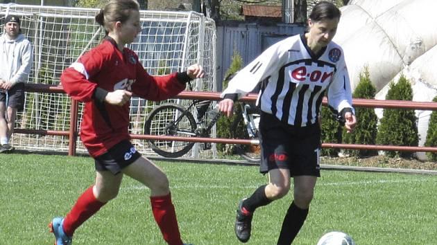 Setkání nejmladší hráčky na hřišti Nikoly Hrdličkové a nejzkušenější Heleny Praizlerové (vpravo), která se pod výhru Spartaku z postu stoperky podepsala hattrickem.