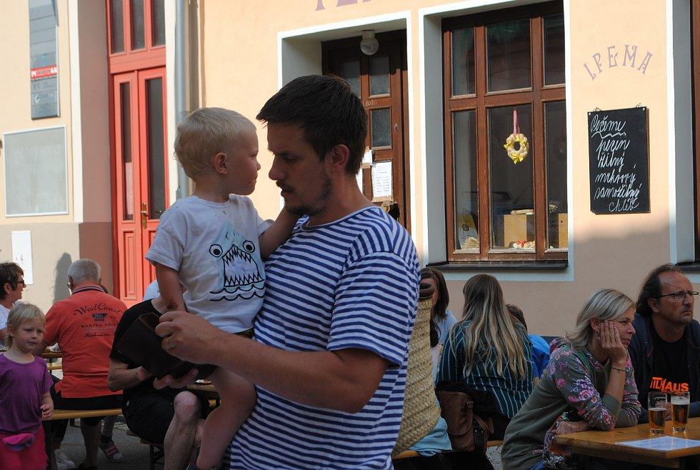 Sousedská slavnost Masná žije! 2021 do centra Kaplice přilákala rekordní počet návštěvníků.