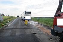 Nákladní Tatra narazila zezadu do autobusu jedoucího před ní na opravované silnici u Krnína a Dolního Třebonína. Foto: Policie ČR