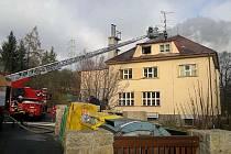 Požár půdního bytu nad školou v Přídolí.