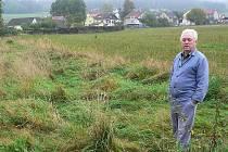 Jiří Říha si stěžuje na zarostlé pozemky svých sousedů. Na snímku u pozemku, který je dnes už posekaný. Stejného chce Říha docílit i u vedlejšího pozemku, který vlastní jiný majitel.