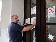 Příprava na otevření volebních místností v Krumlově. Předseda volební komise 7. okrsku Petr Švaňa.