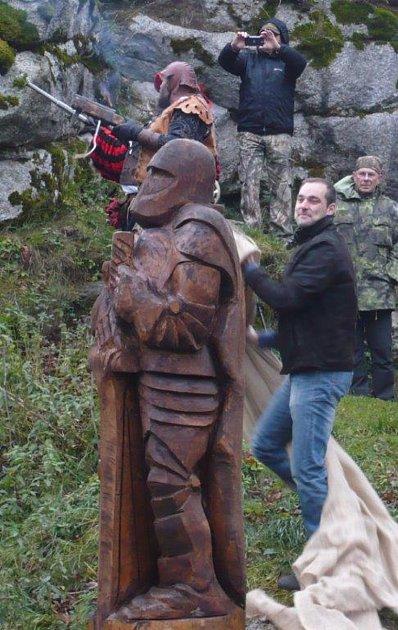 Na Vítkově hrádku stojí nová socha.