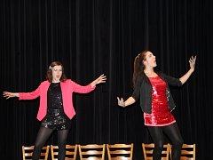 Dvě talentované herečky se brzy rozejdou na různé školy, ale mají dál své divadelní plány.