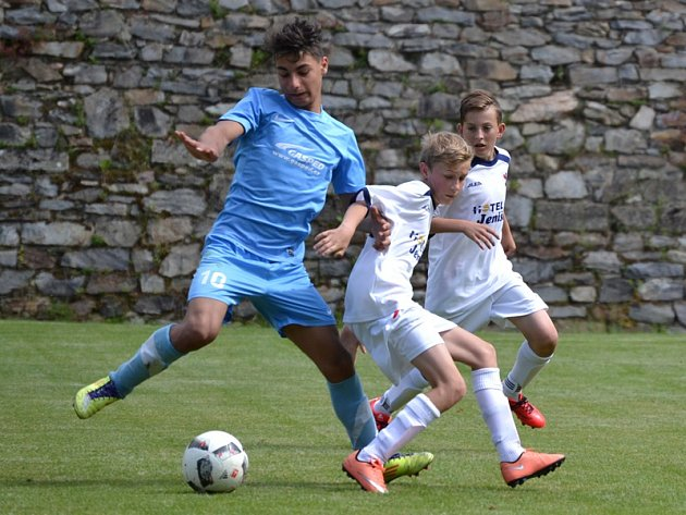 Okresní přebor starších žáků má o víkendu na programu dva zápasy. Na snimku bojuje SK Zlatá Koruna (modré dresy) se Smrčinou Horní Planá (2:0).