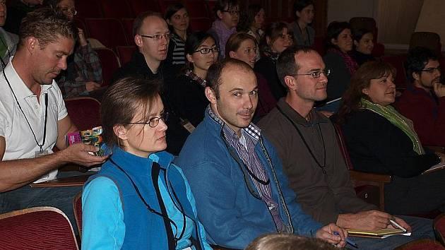 Na padesát badatelů se sjelo do Českého Krumlova, kde včera začal odborný workshop na téma molekulární evoluce. Snímek je ze slavnostního zahájení v Městském divadle.