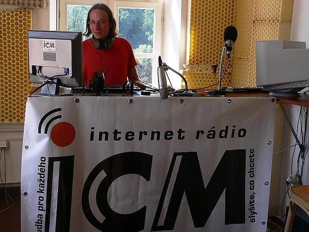 Moderátoři Rádia ICM se přestěhovali do nových prostor, které se ale nachází ve stejné budově. Na snímku koordinátor projektu Rádio ICM Jiří Muk.