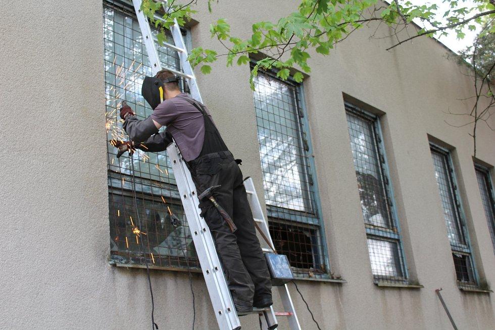 Zazděné balkony, mříže v oknech. Nezvaní hosté by se do hotelu už dostat neměli.