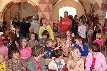V cetvinském kostele shlédly děti představení o tom, proč vlastně dal Karel IV. postavit Karlův most v podání dětí ze Základní školy Velešín.