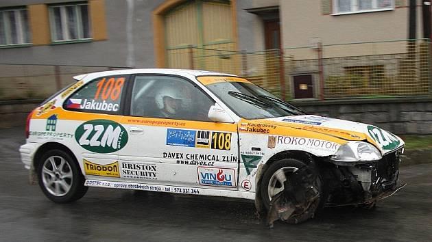 Pouze 1340 metrů trati Rally Vysočina absolvovali Jan Jakubec s Pavlem Kacerovským v plném nasazení. Po čelním nárazu do retardéru sice dojeli do cíle úvodní erzety, ale poté ze soutěže odstoupili.